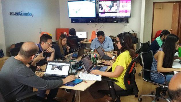 Con aprovechamiento intensivo de espacios y recursos, los portales como El Estímulo se posicionan como los nuevos medios a los que acuden los venezolanos para informarse. En la imagen, el director de El Estímulo, Omar Lugo, en la cabecera de una mesa donde trabajan varios periodistas de la redacción. Crédito: Humberto Márquez/IPS