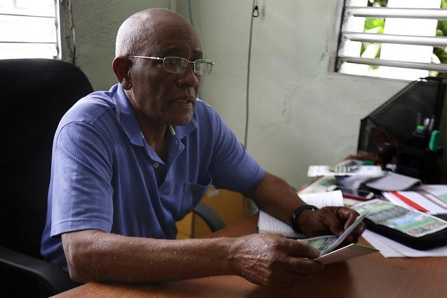 El ingeniero agrónomo Egidio Páez, presidente de La Asociación Cubana de Técnicos Agrícolas y Forestales, mientras analizaba para IPS la situación de los suelos del país insular, en su oficina del municipio capitalino de Díez de Octubre, en La Habana. Crédito: Jorge Luis Baños/IPS