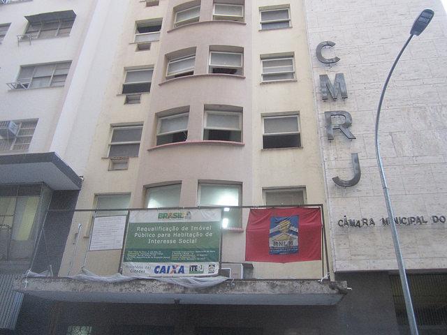Fachada del edificio ocupado por 42 familias sin techo desde 2007 en Río de Janeiro. Además de vivienda a bajo costo, sus residentes celebran haber escapado de la periferia de la ciudad brasileña, a merced de la violencia del narcotráfico y de bandas parapoliciales. Ahora disponen de todos los servicios, escuelas cercanas y mejores trabajos. Crédito: Mario Osava/IPS