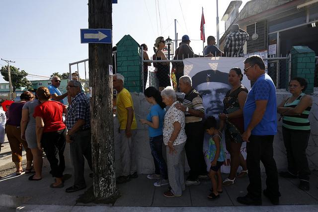 Electores hacen fila para ejercer el derecho al voto el 11 de marzo, durante las elecciones generales de delegados y diputados a La Asamblea Nacional del Poder Popular de Cuba, en la central provincia de Villa Clara. Crédito: Jorge Luis Baños/IPS