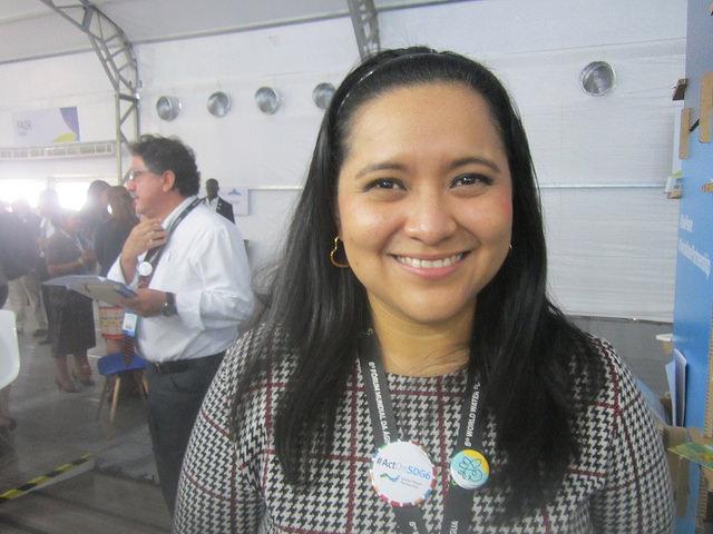 Vilma Chanta, investigadora en desarrollo territorial de la Fundación Nacional para el Desarrollo de El Salvador y punto focal en el país de GWP Centroamérica, se preocupa de la contaminación y deterioro del río Lempa, clave para la generación de energía y el agua consumida en la nación centroamericana. Crédito: Mario Osava/IPS