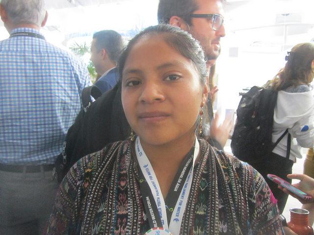 Marly Julajuj Coj, joven indígena de Guatemala, con solo 19 años, fue una de las participantes en el lanzamiento en Brasilia de la plataforma Juventud para el Agua y el Clima, como conductora de un proyecto que busca asegurar agua potable a su comunidad de 80 familias mediante la cosecha de agua de lluvia. Crédito: Mario Osava/IPS
