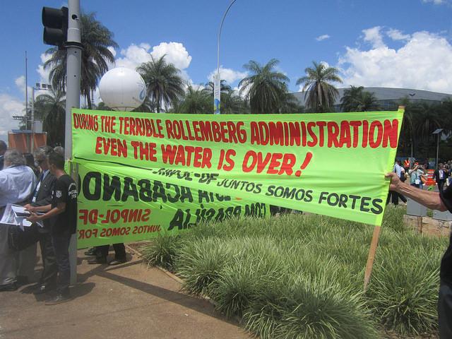 Protestas contra el gobernador del Distrito Federal, Rodrigo Rollemberg, acusado de responsable por el racionamiento de agua en Brasilia. La crisis hídrica estalló en su gobierno, iniciado en 2014, pero fue un problema heredado, que ahora tiene su resonancia en el octavo Foro Mundial del Agua, que se celebra entre el 18 y el 23 de marzo en la capital de Brasil. Crédito: Mario Osava/IPS