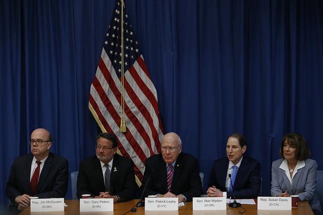 El senador Patrick Leahy, en el centro, y otros cuatro legisladores demócratas de Estados Unidos, durante la conferencia de prensa que brindaron en La Habana el 21 de febrero, al finalizar su visita a Cuba, contraviniendo las nuevas restricciones del presidente republicano Donald Trump para visitar la isla. Crédito: Jorge Luis Baños/IPS