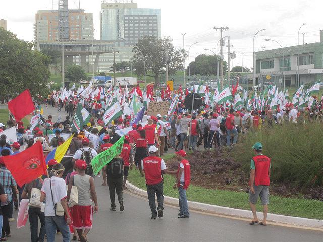Parte de los miles de activistas por el agua como un derecho y un bien público, que participaron en el Foro Alternativo Mundial del Agua, marcharon por las calles de Brasilia para protestar contra el oficial Foro Mundial del Agua, al que acusaron de defender los intereses de las grandes empresas que privatizan el recurso. Crédito: Mario Osava/IPS
