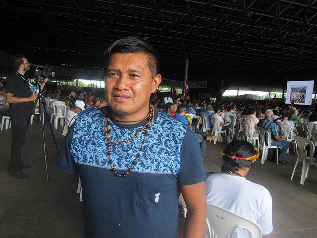 El indígena Odair Manoki llegó desde el oeste amazónico de Brasil hasta su capital, para denunciar en el Foro Alternativo Mundial del Agua que su pueblo es víctima de la contaminación de los ríos por la agricultura intensiva, así como las represas para construir centrales hidroeléctricas que alteran los cursos fluviales. Crédito: Mario Osava/IPS