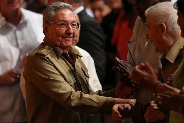 El presidente Cubano Raúl Castro y primer secretario del Comité Central del Partido Comunista de Cuba (PCCU), durante una ceremonia en La Habana. Castro dejará la jefatura del gobierno el 19 de abril pero mantendrá su cargo en el único partido legal en el país hasta 2021. Crédito: Jorge Luis Baños/IPS