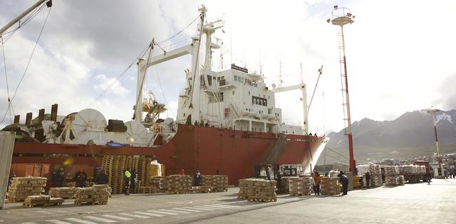 Un barco pesquero se aprovisiona en el puerto de Ushuaia, en el extremo sur de Argentina. A los puertos de este país solo ingresan los barcos con licencia para pescar en sus aguas jurisdiccionales. Crédito: Estremar