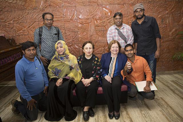 De izquierda a derecha, Tawakkol Karman, Shirin Ebadi y Mairead Maguire. con periodistas; Naimul Haq, de IPS, está atrás de Maguire. Crédito: Naimul Haq/IPS.