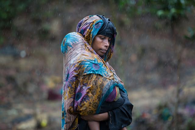 Una mujer rohinyá y su hijo en un campamento de refugiados en Bangladesh. Crédito: Kamrul Hasan/IPS.