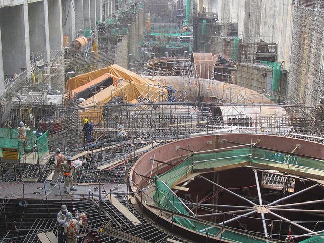 Parte de la sala de turbinas de la central hidroeléctrica de Belo Monte, en el norteño estado brasileño de Pará, durante su etapa de construcción, concluida en 2016. Belo Monte, la tercera central hidroeléctrica el mundo, representa la despedida de Brasil de los megaproyectos en la generación de energía. Crédito: Mario Osava/IPS
