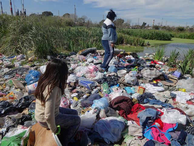 Un basurero ilegal al lado de un pantano, en el asentamiento precario de Villa Inflamable, en la parte sur del área metropolitana de la capital argentina. Cloacas al aire libre como esta, son uno de los grandes déficits ambientales del Gran Buenos Aires. Crédito: Fabiana Frayssinet/IPS