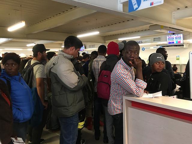 La Oficina de Migración de la calle Fanor Velasco, cerca del palacio de La Moneda, en Santiago, atestada de haitianos y otros extranjeros que buscan regularizar su situación migrante, el 17 de abril, un día después de que se abriese ese proceso especial dentro de medidas decretadas por el gobierno para frenar la inmigración, en que los haitianos fueron especialmente perjudicados. Crédito: Orlando Milesi/IPS