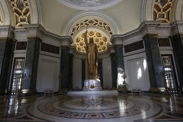 Estatua de La República, obra del artista italiano Angelo Zanelli. Elaborada en bronce, con 15 metros de altura y 30 toneladas de peso, es una de las principales atracciones del Capitolio cubano y la tercera estatua bajo techo más alta del mundo. Crédito: Jorge Luis Baños/IPS