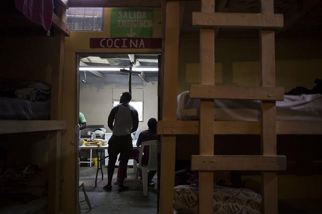 Vista de la cocina desde un área con literas donde pueden descansar los migrantes, en el Desayunador del Padre Chava, un albergue gestionado por la orden católica de los salesianos, situado al lado de la línea fronteriza con Estados Unidos. Es uno de los siete centros de apoyo a migrantes en la ciudad de Tijuana, en el noroeste de México, en los que se ha dado albergue a migrantes haitianos desde 2016. Crédito: Guillermo Arias/IPS