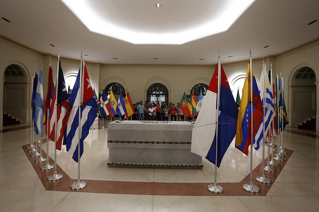 Cripta del Mambí (soldado) Desconocido, donde reposan los restos de dos de esos soldados, escoltada por las banderas de las naciones que ayudaron a Cuba en su independencia de España. Es una de las salas abiertas al público en el Capitolio cubano, en La Habana Vieja. Crédito: Jorge Luis Baños/IPS