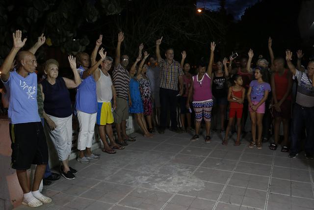 Ciudadanos cubanos participan en septiembre de 2017 en una votación durante una asamblea de selección de candidatos al parlamento cubano que resultó elegido en marzo de 2018, en el municipio de Cerro, parte de La Habana. Crédito: Jorge Luis Baños/IPS