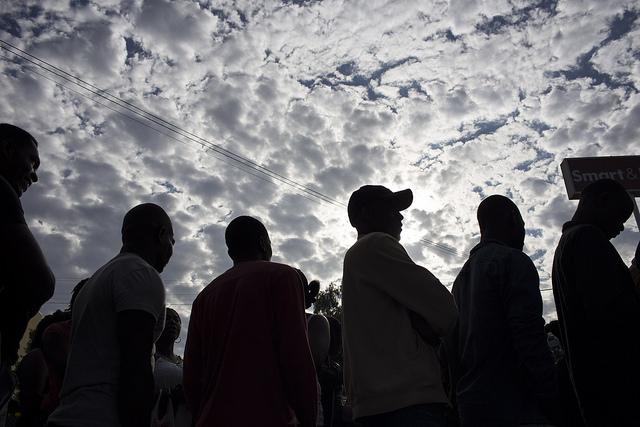 Algunos haitianos esperan noticias sobre su situación migratoria en la ciudad fronteriza de Tijuana, en el noroeste de México, uno de los puntos del país donde se han quedado a vivir los haitianos que vieron frustrada su intención de acogerse al estatus de protección integral que les permitía ingresar en Estados Unidos. México ha concedido visa humanitaria a algo más de 4.000 haitianos desde 2017. Crédito: Guillermo Arias/IPS