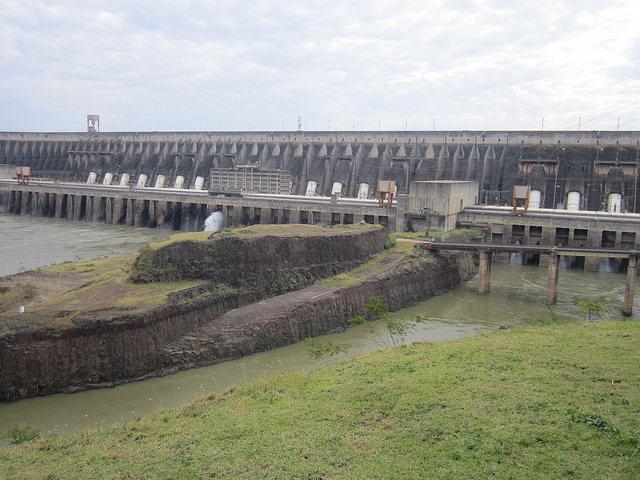Vista de la muralla de la central hidroeléctrica del mundo, Itaipu, compartida por Brasil y Paraguay en el fronterizo río Paraná, un ejemplo de megaproyecto que impulsó la dictadura militar brasileña en los años 70 y 80. En operación desde 1984, tiene un embalse de 1.350 kilómetros cuadrados y capacidad para 14.000 megavatios, solo superada por la china Tres Gargantas, de 22.400 megavatios. Crédito: Mario Osava/IPS
