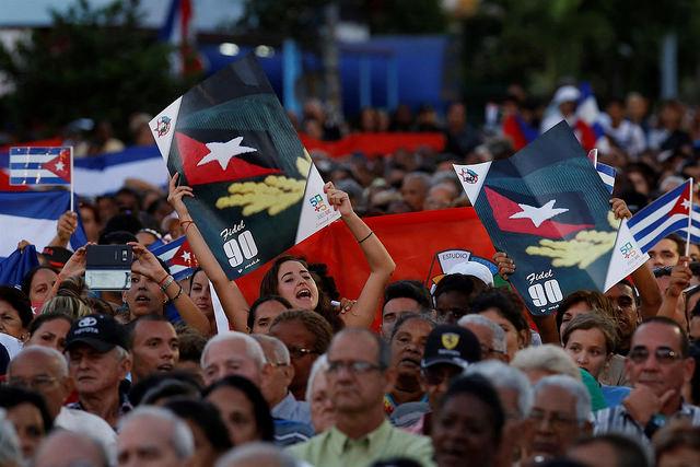 Un grupo de personas festeja el 16 de abril en La Habana, durante la conmemoración del 57 aniversario de la declaración del carácter socialista de la Revolución Cubana, uno de los últimos actos bajo el mandato de Raúl Castro. Crédito: Jorge Luis Baños/IPS
