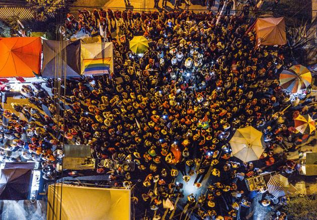"""Una """"vigilia democrática"""", el 11 de abril, de partidarios del expresidente Luiz Inácio Lula da Silva, cerca de la sede de la Policía Federal en que está preso desde el día 7, en la sureña ciudad brasileña de Curitiba. En los actos en defensa del dirigente de izquierda, condenado por corrupción a 12 años de prisión, algunos periodistas que los cubrían han sido objeto de agresiones. Crédito: Ricardo Stuckert/Fotos Públicas"""