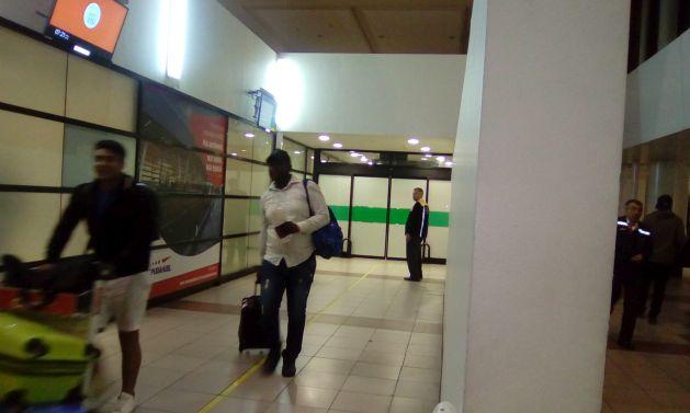 Un viajero haitiano sale en la madrugada del área migratoria del aeropuerto internacional de Santiago de Chile, tras superar los controles policiales, en un país donde los haitianos hasta el 8 de abril podían ingresar como turistas sin necesidad de visa consular. Crédito: Orlando Milesi/IPS