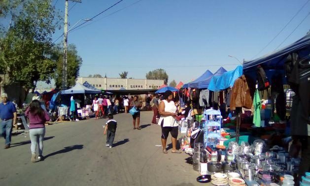 El mercado dominical se expande por las calles vecinas en Estación Central, en el oeste de Santiago de Chile. En la imagen un puesto de utensilios de cocina, donde también se expenden otros productos. Crédito: Orlando Milesi/IPS