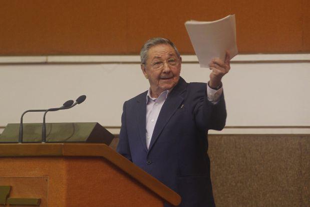 El presidente cubano, Raúl Castro, se dirige al parlamento unicameral, el 17 de diciembre de 2010, en el Palacio de Convenciones de La Habana. Había tomado posesión del cargo el 24 de febrero de 2008, la fecha que marca el inicio de las reformas económicas y sociales emprendidas por su gobierno, tras casi dos años en funciones luego de que Fidel Castro dimitiera por enfermedad el 31 julio de 2006. Crédito: Jorge Luis Baños/IPS