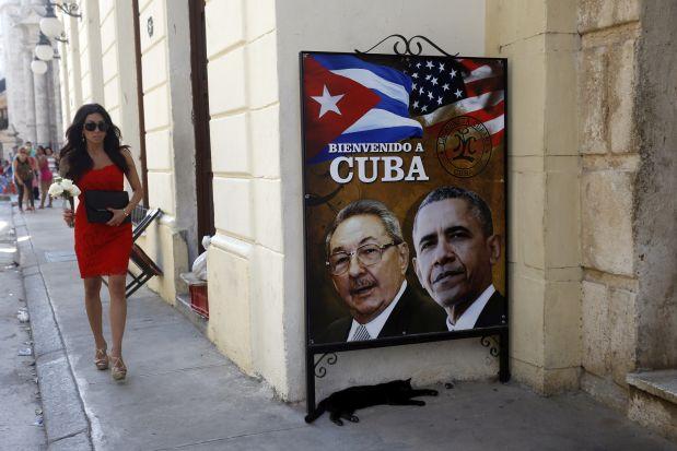 La imagen de Raúl Castro y Barack Obama decoran la fachada de un edificio en el centro histórico de La Habana Vieja. El 17 de diciembre de 2014, ambos presidentes sorprendieron al mundo al anunciar un histórico deshielo entre Cuba Y Estados Unidos, tras más de medio siglo de confrontación. Ambos vecinos restablecieron relaciones diplomáticas en 2015 y mantienen un proceso de normalización, aunque el presidente Donald Trump ha impuesto medidas para enfriar nuevamente los nexos. Crédito: Jorge Luis Baños/IPS