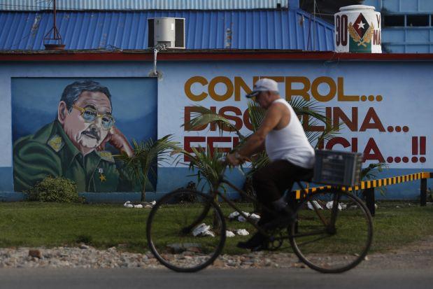 """Un grafiti con la imagen de Raúl Castro decora la fachada de una cooperativa no agropecuaria de mecánica automotriz, en el capitalino municipio Boyeros. El 21 de diciembre de 2017, Castro reiteró: """"cuando la Asamblea Nacional (parlamento unicameral) se constituya, habrá concluido mi segundo y último mandato al frente del Estado y el Gobierno y Cuba tendrá un nuevo presidente"""". Crédito: Jorge Luis Baños/IPS"""