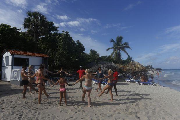 """Un grupo de vacacionistas cubanos disfruta del balneario internacional de Varadero, en la occidental provincia de Matanzas. Esto no era posible antes de marzo de 2008, cuando se levantó la prohibición que impedía a cubanos y cubanas hospedarse en hoteles reservados solo para turistas internacionales. Otras vedas, calificadas por la ciudadanía de """"absurdas"""", fueron eliminadas como la prohibición de venta de computadoras en las tiendas estatales minoristas y de líneas de celulares. Crédito: Jorge Luis Baños/IPS"""