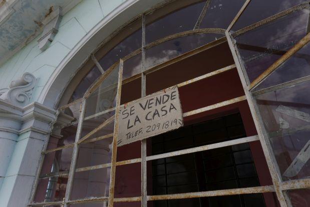 Un cartel anuncia la venta de una vivienda en el capitalino municipio Playa, en La Habana. Muchos de esos anuncios se observan en los barrios y espacios de clasificados luego de que, en noviembre de 2011, entraran en vigor en Cuba las normas que permiten por primera vez en décadas que las personas naturales vender y comprar viviendas. Crédito: Jorge Luis Baños/IPS