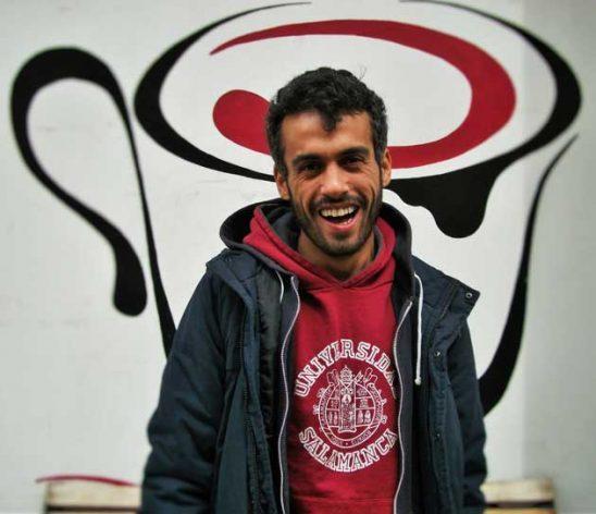 Jaled, de 27 años, es uno de los 10 refugiados sirios que trabajan en el proyecto Hummustown en Roma. Crédito: Maged Srour/IPS.