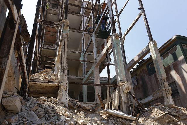 El esqueleto de un antiguo edificio de viviendas en proceso de demolición, en el céntrico barrio de Vedado, en la capital de Cuba. Crédito: Jorge Luis Baños/IPS