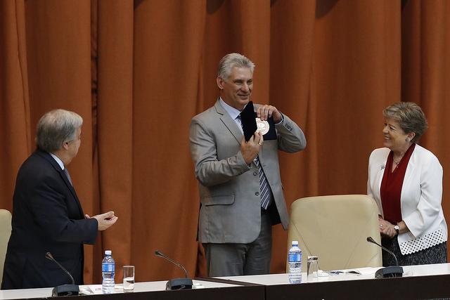 El presidente de Cuba, Miguel Díaz-Canel muestra la medalla conmemorativa del 70 aniversario de la Comisión Económica para América Latina y el Caribe (Cepal), flanqueado por el secretario general de la ONU, António Guterres, y la secretaria ejecutiva de la Cepal, Alicia Bárcena, durante la inauguración del 37 periodo de sesiones de la agencia regional en La Habana. Crédito: Jorge Luis Baños/IPS