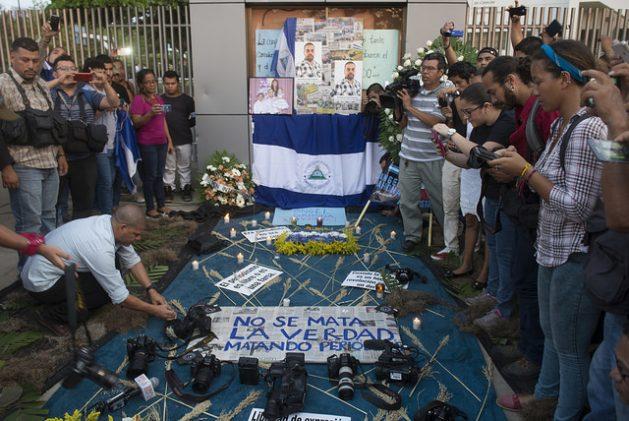 Profesionales y estudiantes de comunicación homenajean al periodista de televisión Ángel Gahona en la capital de Nicaragua, el 26 de abril, cinco días después de su asesinato en la ciudad oriental de Bluefields, mientras cubría las protestas contra el gobierno de Daniel Ortega, que persisten en el país desde el 17 de abril. Crédito: Jader Flores/IPS