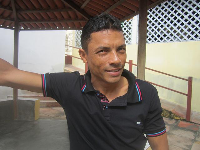 Florisvaldo Merces, técnico agrícola que ha trabajado en el programa Adapta Sertão desde sus orígenes en 2006 y se especializó en cuestiones hídricas. Simplificar tecnologías complejas asegura el éxito del proyecto para mejorar la productividad y la vida de los agricultores familiares en el inhóspito sertón, en la ecorregión del Semiárido brasileño. Crédito: Mario Osava/IPS