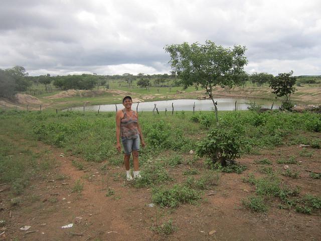 Normaleide de Oliveira delante de la laguna de su finca que ni siquiera se quedó sin agua durante los seis años de sequía que sufrió la región del Nordeste brasileño. La disponibilidad de agua es una ventaja de los agricultores familiares de la cuenca del río Jacuípe, frente a otras zonas de la ecorregión del Semiárido. Crédito: Mario Osava/IPS