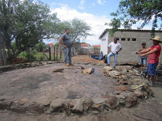 El estanque en construcción sobre una gran roca en la finca de Normaleide de Oliveira, en el municipio de Pintadas, que la productora dedicará a la piscicultura. Se aprovecharon las piedras para hacer las paredes con cemento y la elevación de la roca base para facilitar la irrigación por gravedad, en un ejemplo del desarrollo agropecuario que optimiza el uso de la escasa agua en el sertón del Nordeste de Brasil. Crédito: Mario Osava/IPS