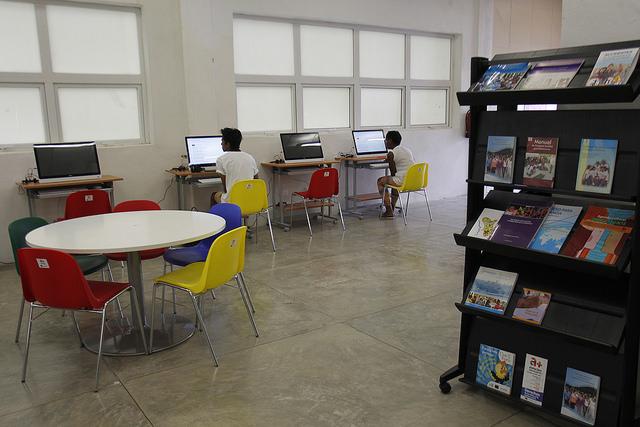 Interior de la mediateca del centro de actividades múltiples a+ Espacios Adolescentes, en La Habana Vieja, en la capital de Cuba. Crédito: Jorge Luis Baños/IPS