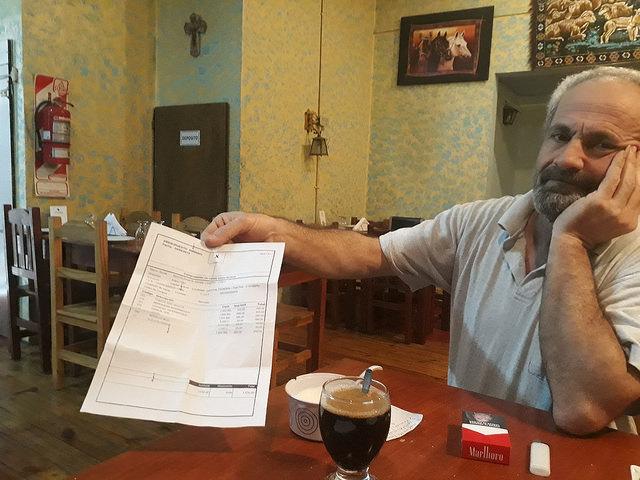 Hatem Badwan muestra con resignación una cuenta de la verdulería. Como para la mayoría de los argentinos, la inflación persistente resulta una preocupación para este hombre que huyó de la guerra civil en Siria hace tres años. Crédito: Daniel Gutman/IPS