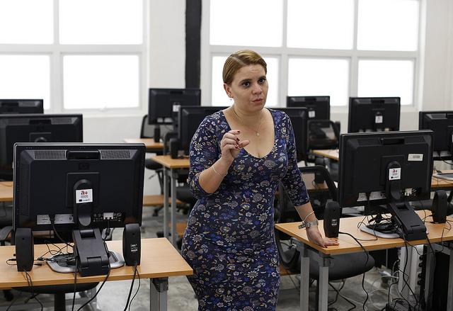 Lisset Ametller, directora a+ Espacios Adolescentes, en el laboratorio de computación del centro que brinda múltiples actividades para cubanas y cubanos de entre 12 y 18 años, en La Habana Vieja, en la capital de Cuba, donde ese grupo etario solo ahora comienza a recibir atención especial en el país. Crédito: Jorge Luis Baños/IPS