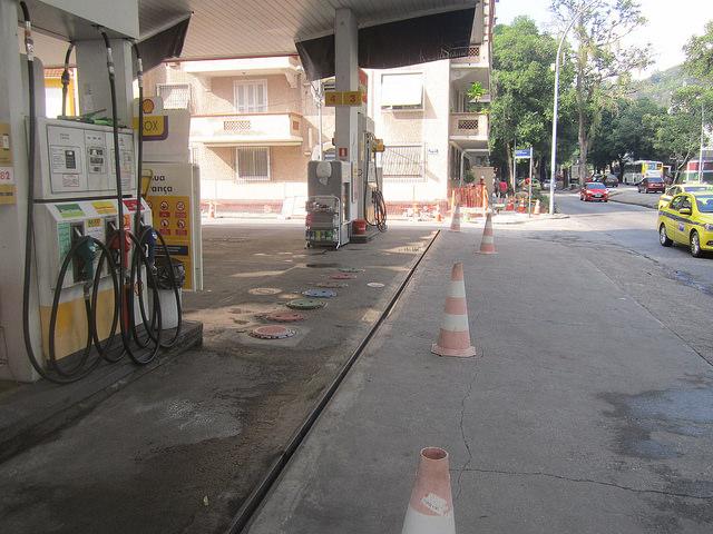 Una gasolinera vacía por falta de combustible, el 25 de mayo, en una avenida de gran flujo de vehículos en Río de Janeiro. Sus depósitos de gasolina y diesel fueron llenados la semana anterior al comienzo de la huelga de transportista en Brasil, el 21 de mayo, pero se vaciaron por la falta de abastecimiento. Crédito: Mario Osava/IPS