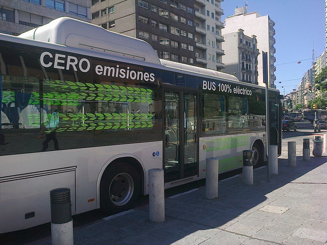 Un autobús eléctrico estacionado en una calle céntrica de Montevideo. Crédito: Inés Acosta/IPS