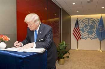 El presidente de Estados Unidos, Donald Trump, firma el libro de visitas del secretario general de la ONU. Crédito: UN Photo/Rick Bajornas.