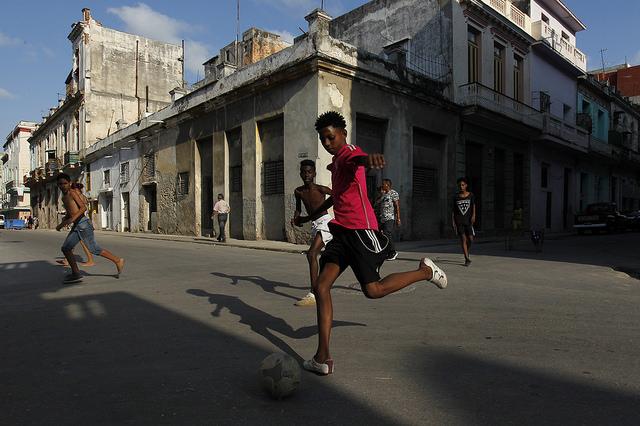 Un grupo de adolescentes afrodescendientes juega al fútbol en una calle del barrio de Cayo Hueso, en La Habana, en la capital de Cuba. Crédito: Jorge Luis Baños/IPS