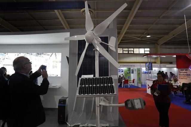 Un hombre fotografía un modelo de generador de energía eólica durante la inauguración de las Ferias Energías Renovables, en La Habana, en enero de este año. El desarrollo de energías limpias en el país caribeño es uno de los sectores de cooperación de la Unión Europea con Cuba. Crédito: Jorge Luis Baños/IPS