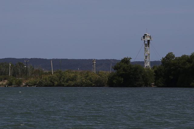 Vista de uno de puestos de vigilancia ubicados en el sector de Caimanera, en el municipio del mismo nombre, una localidad situada en el extremo suroriental de Cuba, que colinda con la base naval que mantiene Estados Unidos en la bahía de Guantánamo. Crédito: Jorge Luis Baños/IPS