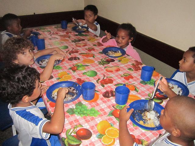 Un grupo de niños almuerza en una escuela de Itaboraí, a 45 kilómetros de Río de Janeiro, en Brasil, donde el Programa Nacional de Alimentación Escolar permite a todos los estudiantes de las escuelas públicas alimentarse de hortalizas y alimentos frescos, provenientes de la agricultura familiar local. Crédito: Mario Osava/IPS