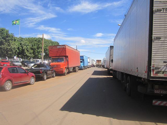 Una gran fila de camiones enlentece el tránsito en Anápolis, un polo logístico en el centro de Brasil, en un cruce de carreteras, por donde pasan diariamente miles de camiones que transportan alimentos, productos industriales e insumos en todas las direcciones de este país de dimensiones continentales. Crédito: Mario Osava/IPS